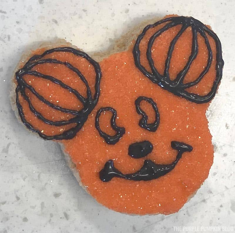 Mickey Mouse Pumpkin Head Icing Steps (6)
